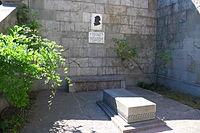 Могила вардгеса суренянца біля церкви