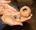 אבני אגט ונר חרס ממערת נטיפים בצפון ישראל.jpg