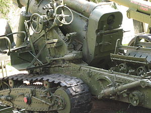 152 mm gun M1935 (Br-2) - Br-2, breech and controls.