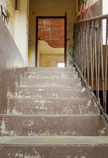 This file was uploaded  with Commonist.    Un escalier dans un bâtiment abandonné (HDR).