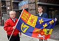 2014-04-23 Der Fotograf Eckard Schrader und Heinrich Prinz von Hannover mit nachgebildeter Fahne von König Georg I. von Großbritannien vor dem Anzeiger Hochhaus.jpg