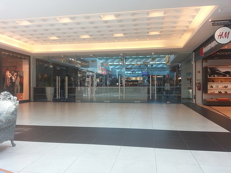 File2017 03 08 Glass Door Entrance To Food Court Algarve Shopping