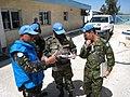 24.4フィリピン大隊陣地の車両状況について書類報告を受ける金山1尉 R 国際平和協力活動等(及び防衛協力等) 3.jpg