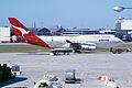 76aa - Qantas Boeing 747-400; VH-OJC@SYD;08.10.1999 (4713288346).jpg