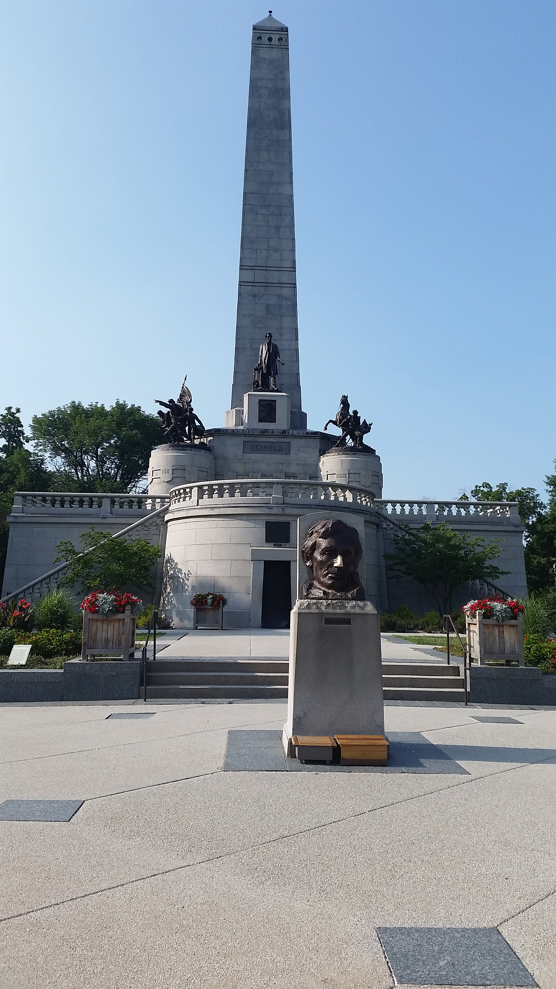 File Abraham Lincoln s Tomb in Springfield IL Wikimedia mons