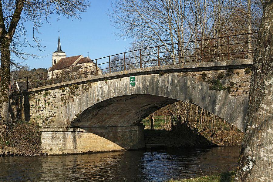 Pont sur la Cure et église d'Asquins
