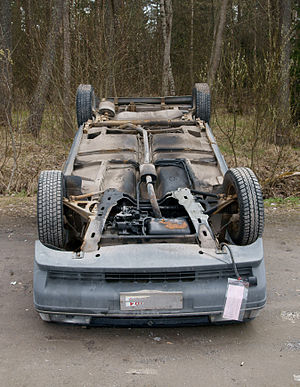 English: Car upside down. Suomi: Auto katollaa...
