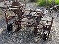 Bäuerliche Geräte vor dem Museum 4 Kartoffelsetzer.jpg