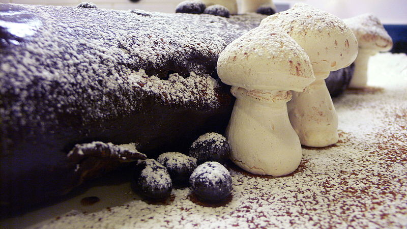 File:Bûche de Noël with meringue mushrooms sprinkled with confectioner's sugar.jpg