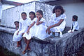 Bambine sul muretto.jpg