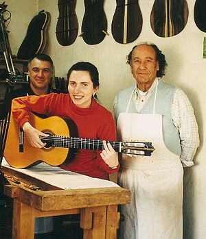 Paulino Bernabe Senior - The Austrian classical guitarist Johanna Beisteiner (middle) in the workshop of Spanish luthiers Paulino Bernabe Senior (right) and Junior (left). Madrid (Spain), October 2000