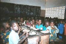 Kinders wat by 'n skool eet as deel van 'n voedselbystand program