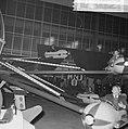 Bezoekers in de vliegtuigjes van een kermisattractie tijdens het feest, Bestanddeelnr 918-4785.jpg