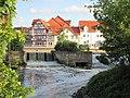 Blick über das kleine Wehr zur Straße Am Mühlgraben - Eschwege - panoramio.jpg