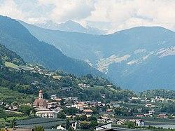 Blick nach Tisens, Prissian, Jakobsweg zwischen Meran und Bozen, Trentino, Südtirol, Italien - panoramio.jpg