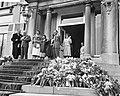 Bloemendefile voor koningin Juliana op Paleis Soestdijk , vlnr Hare Majestei, Bestanddeelnr 911-2025.jpg
