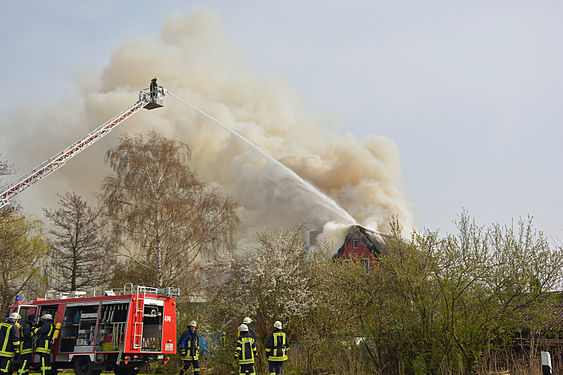 Brennendes Reetdachhaus .jpg