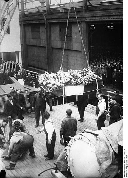 File:Bundesarchiv Bild 102-00414, Überführung der Leiche von Elenora Duse.jpg
