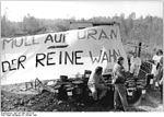 """Bundesarchiv Bild 183-1990-1025-019, Ronneburg, """"Robin Wood"""", Blockade der Mülldeponie.jpg"""