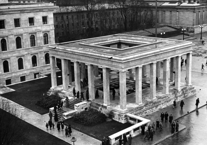 Bundesarchiv Bild 183-S22310, München, Königsplatz, Ehrentempel