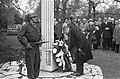 Burgemeester Gijs van Hall legt op de Nieuwe Oosterbegraafplaats een krans bij …, Bestanddeelnr 920-2980.jpg