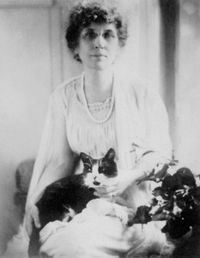 Black and white photograph from 1918 of Byrd Spilman Dewey with her cat Billie sitting in her lap.