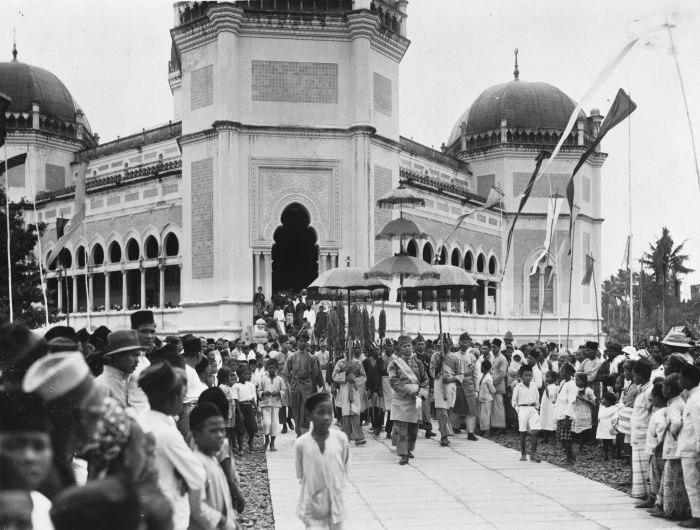 COLLECTIE TROPENMUSEUM De Sultan van Deli Amaluddin Sani Perkasa Alam Shah tijdens het verlaten van de Grote Moskee op de dag van zijn kroning TMnr 60027930