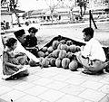 COLLECTIE TROPENMUSEUM Een durian-verkoper te Palembang Sumatra TMnr 10002710.jpg