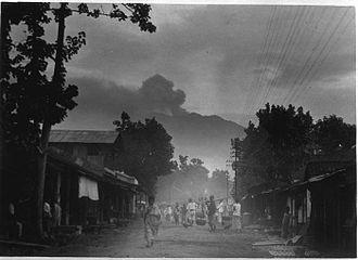 Raung - Image: COLLECTIE TROPENMUSEUM Oost Java de werkende vulkaan Raoeng in het Idjengebergte vanuit Glen More gezien T Mnr 60009931