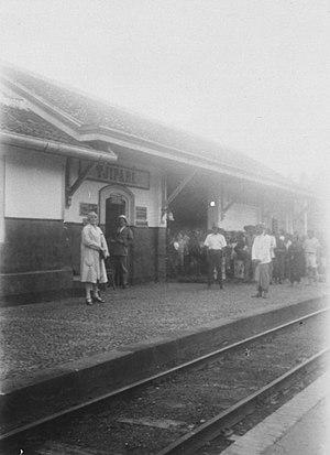 300px COLLECTIE TROPENMUSEUM Perron spoorwegstation in Tjipari TMnr 60026853