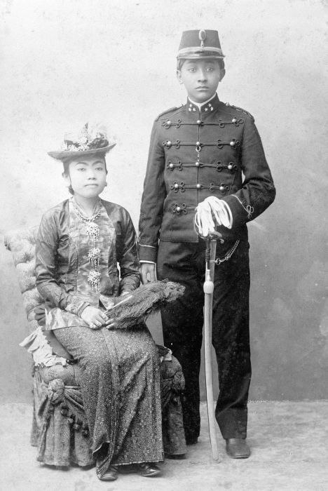 COLLECTIE TROPENMUSEUM Vorstelijk echtpaar Kangdjeng Pangeran Angabei Sakalijan met echtgenote. TMnr 60002322