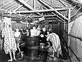 COLLECTIE TROPENMUSEUM Vrouwen en kinderen wassen zich in het vrouwenkamp Kampong Makassar in Meester Cornelis (Batavia) na de capitulatie van Japan TMnr 10001504.jpg