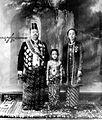 COLLECTIE TROPENMUSEUM Z.H. Pakoe Boewono X Soesoehoenan van Solo (1893-1939) met echtgenote en dochtertje in Soerakarta. TMnr 10001308.jpg
