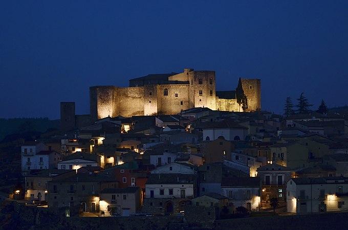 Castello di Melfi, notturna.jpg