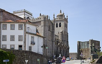 Casa da Câmara - A view of the hilltop of architectural patrimony, that includes the Sé Cathedral (left) and the tower that served as the old municipal house (right)