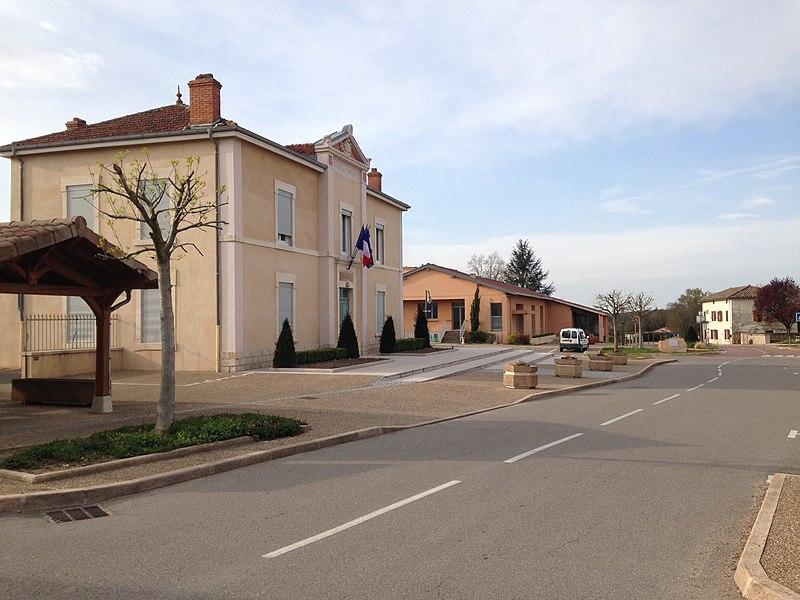 Rue Villa Croteldi avec à droite la mairie de la commune