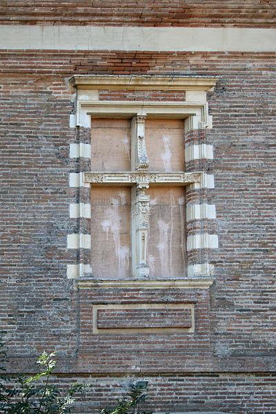 Fenêtre condamnée du Château de Lacroix-Falgarde (Haute-Garonne, France).
