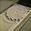 Collectie Nationaal Museum van Wereldculturen TM-20029794 Grafsteen met relief op de oude Joodse begraafplaats Beth Haim Curacao Boy Lawson (Fotograaf).jpg