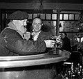 De twee mannen staan aan de bar, Bestanddeelnr 254-0005.jpg