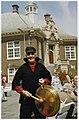 De vijfde dorpsomroeper oftewel omklinker Klaas Koper voor het raadhuis. NL-HlmNHA 54036064.JPG