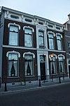 foto van Huis achter lijstgevel met rijke stucversiering