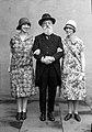 Dr L Th van Kleef met kleindochters, Parijs, 1926 (RHCL, VKG 057).jpg
