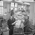 Drukte in de pakketpostafdeling te Amsterdam, paketten op transportband, Bestanddeelnr 917-1864.jpg
