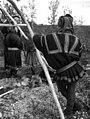 En mann i kautokeinodrakt står med ryggen til. Kautokeino 1956 - Norsk folkemuseum - NF.05535-014.jpg