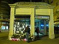 Estació de Sant Gervasi amb flors, espelmes i missatges per la mort d'en Alfonso Bayard P1470954.jpg