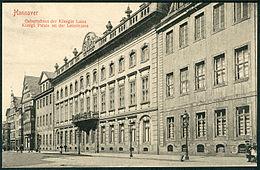 """Luises Geburtshaus: """"Königl. Palais an der Leinstrasse"""" in Hannover. Ansichtskarte von F.Astholzjun., um 1900. (Oben an der Brüstung: das Wappen der Welfen.) (Quelle: Wikimedia)"""