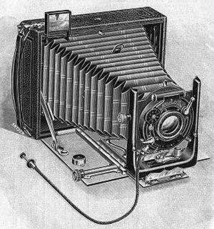 Folding camera - A 1907 woodcut of a horizontal format folding camera