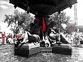 Fontaine de Tourny et carrés rouges.jpg