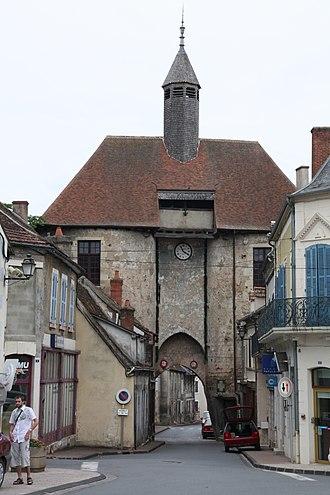 Ainay-le-Château - Image: Fortification Ainay le Château 002