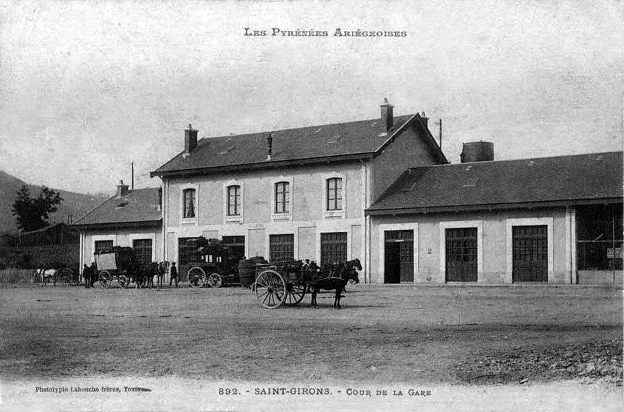 Vers 1910, la cour de la gare de Saint-Girons avec le bâtiment voyageurs.